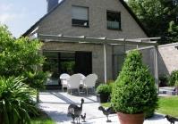 Terrassenüberdachung mit Windschutzelementen in Krefeld